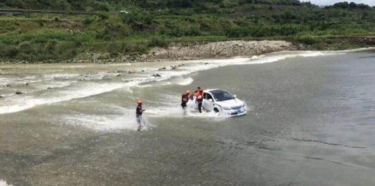 Man Traps Family in Car After He Intentionally Drives Into River, Wait Until You Hear Why