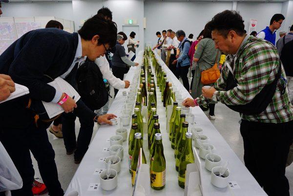 people taste award winning japanese sake at japanese sake fair