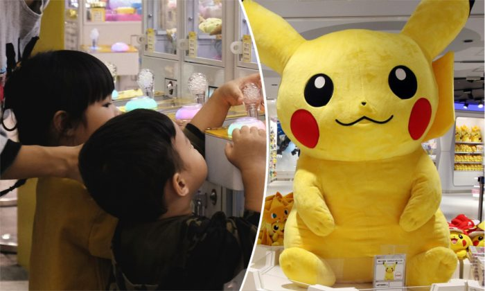 (L) Children playing a claw machine. (Sam Yeh/AFP/Getty Images)