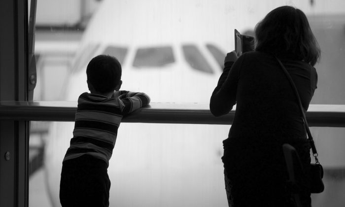 Stock image of a mother with a child at an airport. (Ciggy1/Pixabay)