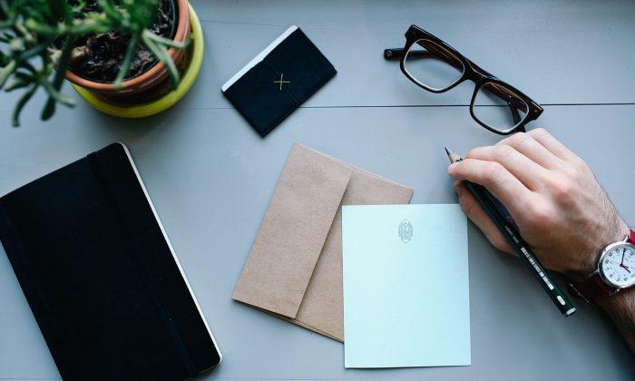 A person writing. (andrewlloydgordon/Pixabay/)