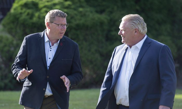 Saskatchewan Premier Scott Moe (L) and Ontario Premier Doug Ford walk to a reception during a premiers meeting in St. Andrews, N.B., on July 18, 2018. (The Canadian Press/Andrew Vaughan)
