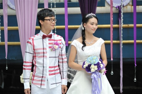 He Wenting (R) and Huang Guangyu on their wedding day in 2012. (Minghui.org)