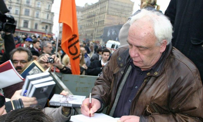 Vladimir Bukovsky at a book signing in front of the Sakharov Center in Moscow in 2007. (Courtesy Vladimir Bukovsky)