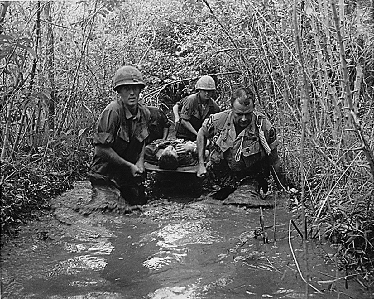 VIETNAM-SOLDIERS CARRY WOUNDED