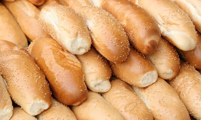 Stock image of hot dog buns. (Olafpictures/Pixabay)