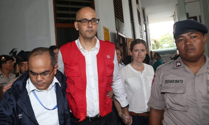 Canadian teacher Neil Bantleman, center, walks with his wife Tracy, second right, prior to the start of his trial at South Jakarta District Court in Jakarta, Indonesia on April 2, 2015. (AP Photo/Tatan Syuflana/The Canadian Press)