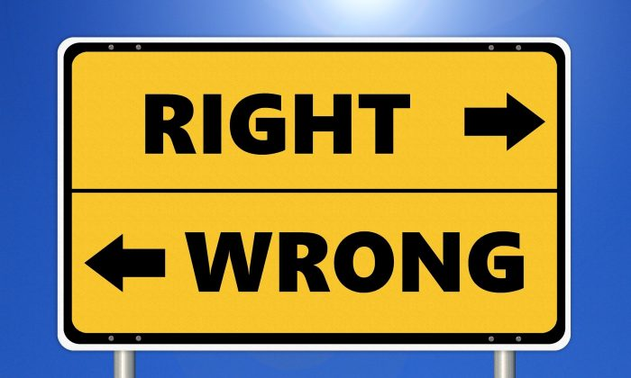 A sign points to what's right and wrong. (Tumisu/Pixabay)