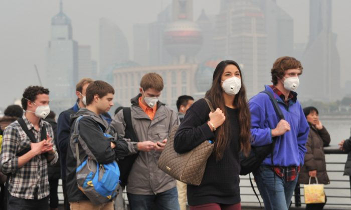 Tourists in Shanghai, China wearing masks due to pollution. (VCG/VCG via Getty Images)