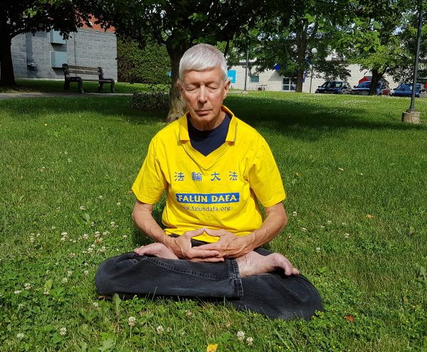 Falun Gong practitioner Gerry Smith was ordered by the CEO of the Ottawa Dragon Boat Festival to remove his T-shirt bearing the name of his spiritual practice on June 22, 2019, at the festival. CEO John Brooman told Smith that the Chinese Embassy was a sponsor of the festival and does not want Falun Gong at the event. (The Epoch Times)