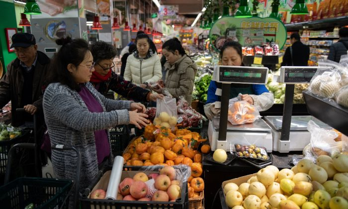 A fruit market in China. (Nicolas Asfouri/AFP/Getty Images)