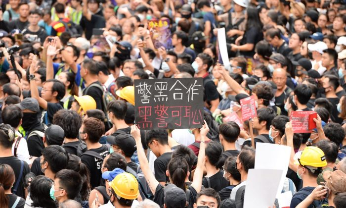 Around 11,000 Hongkongers take part in a rally at Chater Garden to protest against police violence on July 28, 2019. (Song Bilong/The Epoch Times)