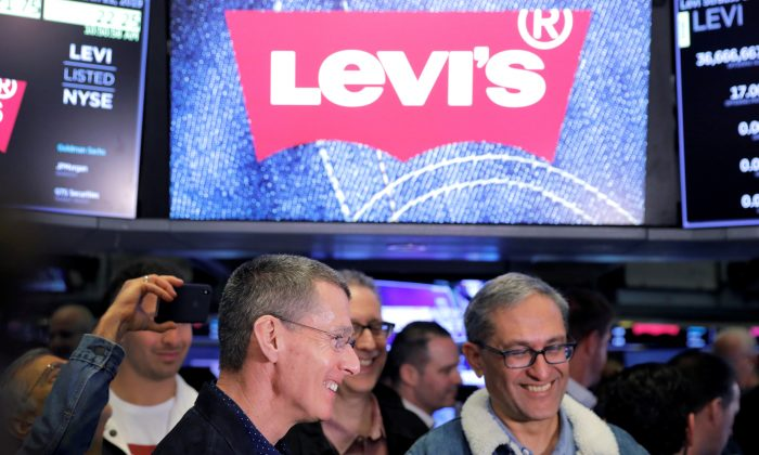 Levi Strauss & Co. CEO Chip Bergh (L) and CFO Harmit Singh (R) attend the company's IPO on the floor of the New York Stock Exchange (NYSE) in New York, on March 21, 2019. (Lucas Jackson/Reuters)