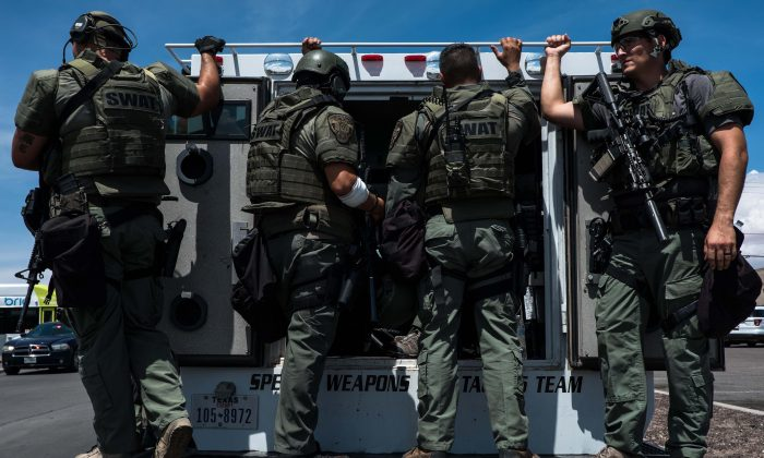 Law enforcement agents respond to an active shooter at a Wal-Mart near Cielo Vista Mall in El Paso, Texas, on Aug. 3, 2019. (JOEL ANGEL JUAREZ/AFP/Getty Images)