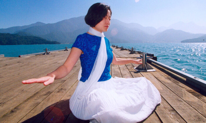 A woman doing Falun Dafa meditation. After an experiment with brain scans, a group of longtime meditators were able to transform the anatomy of the brain in surprising ways. (Minghui.org)