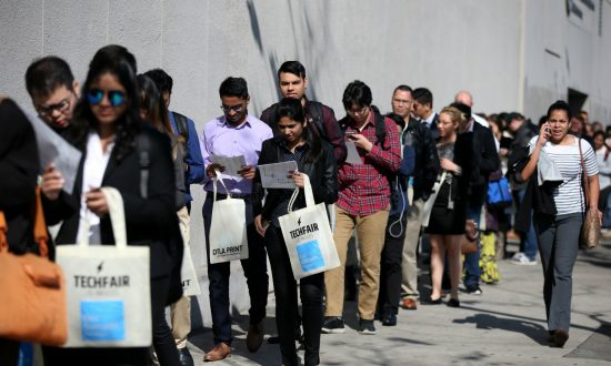 US Weekly Jobless Claims Fall; Labor Market Strong