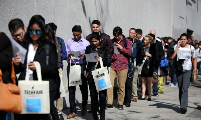 People wait in line to attend TechFair LA, a technology job fair, in Los Angeles, Calif., on Jan. 26, 2017. (Lucy Nicholson/Reuters)