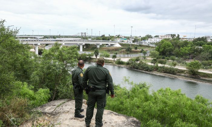 Border Patrol agents overlook the Rio Grande towards Mexico on the Roma Bluffs near Rio Grande City, Texas, on March 22, 2019. (Charlotte Cuthbertson/The Epoch Times)