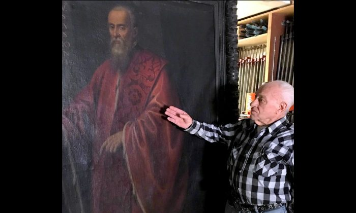 Aldo Martinek with the portrait of Doge Agostino Barbarigo, the mayor of Venice from 1486 to 1501, which he believes was painted by Leonardo da Vinci. (Joan Delaney/The Epoch Times)