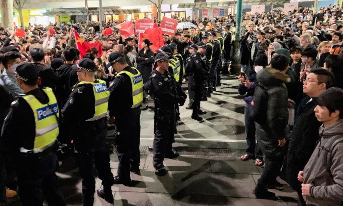 Victoria Police create barricade between pro-Hong Kong protesters and pro-Beijing demonstrators at a Hong Kong rally in Melbourne, Australia on 16 August, 2019. (The Epoch Times)