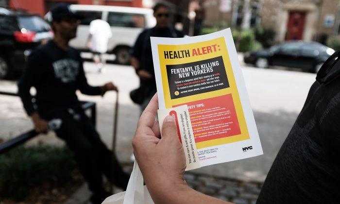 A heroin user reads an alert on fentanylon Aug. 8, 2017 in New York City. (Spencer Platt/Getty Images)