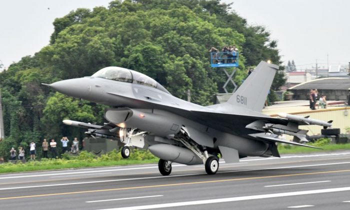 An F-16V fighter jet lands on the freeway in Changhua county, central Taiwan, during the 35th Han Kuang drill on May 28, 2019. (Sam Yeh/AFP/Getty Images)
