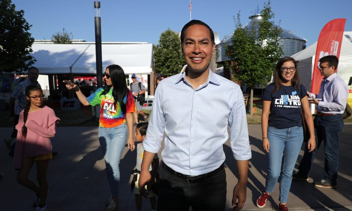 Democratic presidential candidate and former Housing and Urban Development Secretary Julian Castro, center, arrives at the Iowa State Fair in Des Moines, Iowa with his family on Aug. 9, 2019. (Photo by Chip Somodevilla/Getty Images)