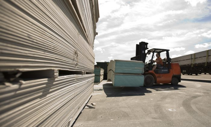 A worker uses a forklift to move sheets of Chinese-made drywall onto a flat bed truck at Venture Supply, Inc. in Norfolk, Va., U.S. on May 22, 2009. (Bill Tiernan/The Virginian-Pilot via AP)