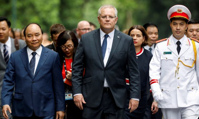Australia's Prime Minister Scott Morrison (C) and his Vietnamese counterpart Nguyen Xuan Phuc (R) walk together after a welcoming ceremony in Hanoi, Vietnam on Aug. 23, 2019. (Kham/Reuters)