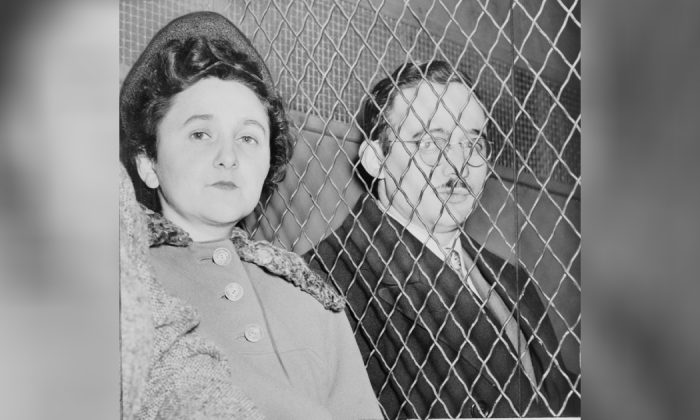 Julius and Ethel Rosenberg, separated by heavy wire screen as they leave U.S. Court House after being found guilty by jury. (Roger Higgins/Public Domain)