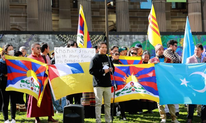 Tenzin Khangsar, president of the Victorian Tibetan Community, speaks at a Hong Kong rally in Melbourne, Australia on 25 August 2019. (Grace Yu/Epoch Times)