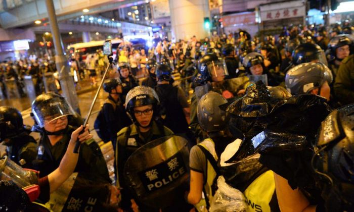 Hong Kong police are confronting the protesters at Sha Tsui Road on the evening of Aug. 25, 2019. (Song Bilong/The Epoch Times)