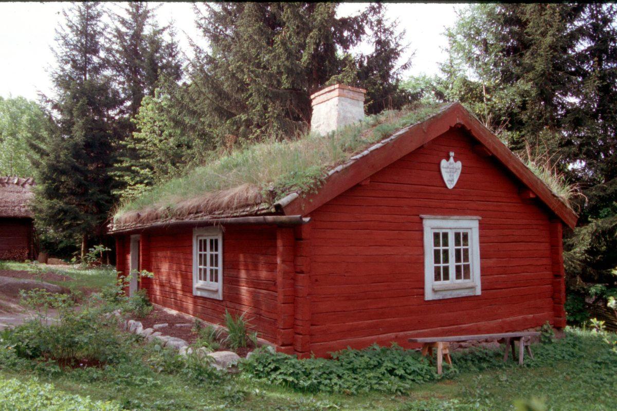 sod-roof home in skansen