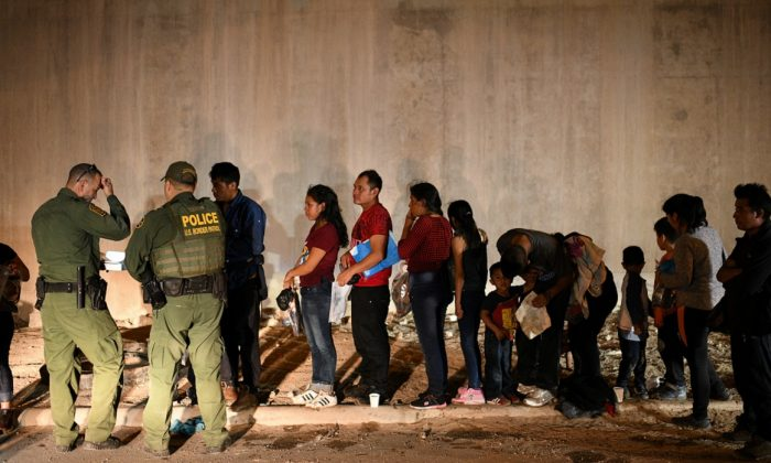 Illegal immigrant families turn themselves to U.S. Border Patrol to seek asylum following an illegal crossing of the Rio Grande in Hidalgo, Texas, on Aug. 23, 2019. (Loren Elliott/Reuters)