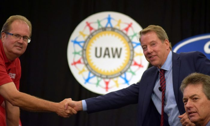 UAW President Gary Jones (L) shakes hands with Ford Motor Co Chairman Bill Ford at the start of contract talks between the union and the automaker in Detroit, Michigan, U.S., on July 15, 2019. (Nick Carey/File Photo/Retuers)