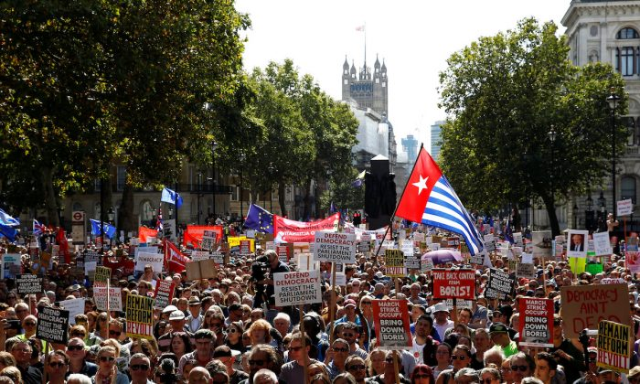 Anti-Brexit protestors demonstrate outside the gates of Downing Street at Whitehall in London, Britain, on Aug. 31, 2019. (Henry Nicholls/Reuters)