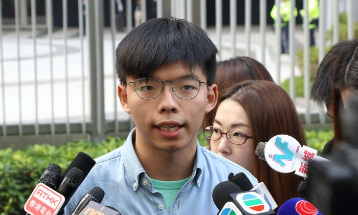 Pro-democracy activist Joshua Wong talks to the media in Hong Kong on Jan. 23, 2019. (Choi Man-man/The Epoch Times)