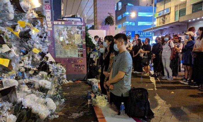 Some Hongkongers mourning at Prince Edward Station, Hong Kong to commemorate the victims of the violence on Aug. 31, 2019. (Huang Xiaoxiang/The Epoch Times)