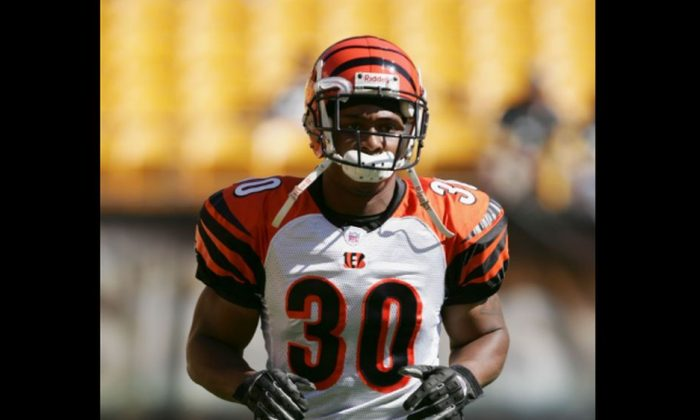 Cornerback Terrell Roberts #30 of the Cincinnati Bengals warms-up for the game against the Pittsburgh Steelers at Heinz Field in Pittsburgh, Pennsylvania on Oct. 3, 2004. (Photo by Doug Pensinger/Getty Images)