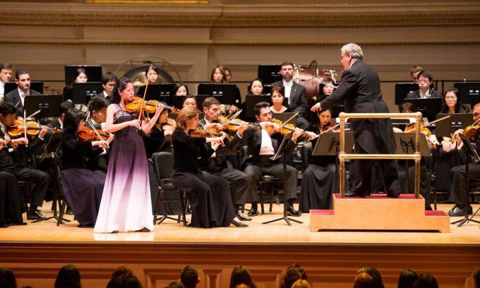 Violinist Fiona Zheng and conductor Milen Nachev with the Shen Yun Symphony Orchestra. (Dai Bing/The Epoch Times)