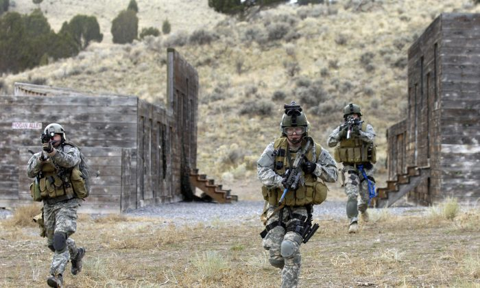 U.S. Army Soldiers from the 19th Special Forces, Utah National Guard conduct an urban village assault Nov. 13, 2007, at Camp Williams, Utah. (U.S. Air Force photo by Master Sgt. Kevin J. Gruenwald/CC by 2.0 [https://bit.ly/1mhaR6e])