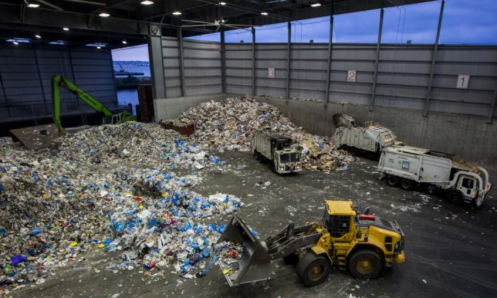 Sims Municipal Recycling plant in Sunset Park, Brooklyn, on Aug. 25, 2016. (Samira Bouaou/Epoch Times)