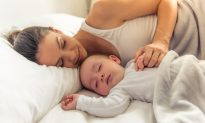 Is Sharing a Bed With Mom Beneficial for a Newborn Child? Here's What a Doctor Says