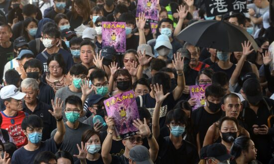 Defiant Hong Kong Protesters Face Off With Police, Denouncing Police's Power Abuse