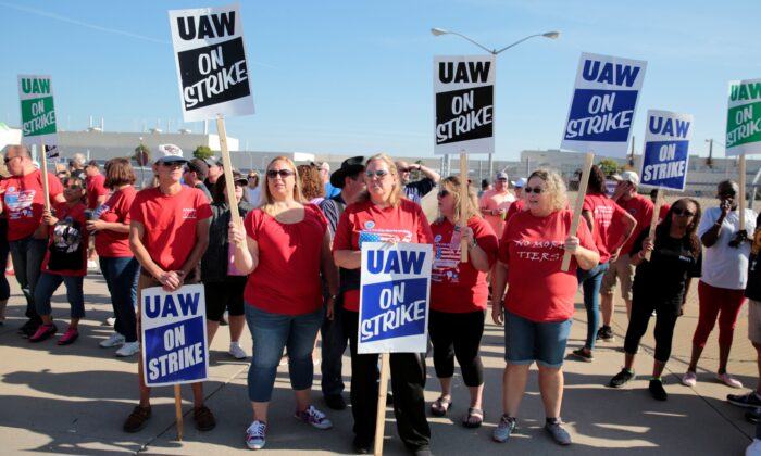 General Motors assembly workers picket outside the shuttered Lordstown Assembly plant during the United Auto Workers (UAW) national strike in Lordstown, Ohio, on Sept. 20, 2019. (Reuters/Rebecca Cook)