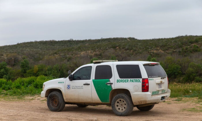 A United States Border Patrol car drives near the Rio Grande in Laredo, Texas, on Jan. 14, 2019. (Suzanne Cordeiro/AFP/Getty Images)