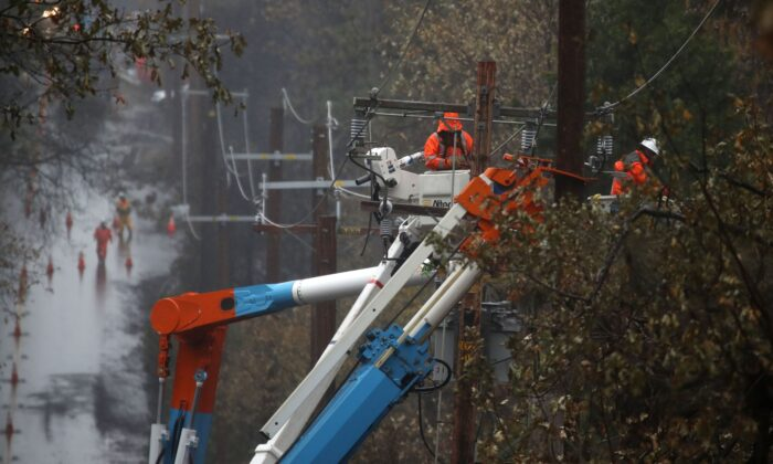 Pacific Gas and Electric (PG&E) crews repair power lines that were destroyed by the Camp Fire in Paradise, Calif., on Nov. 21, 2018. (Justin Sullivan/Getty Images)