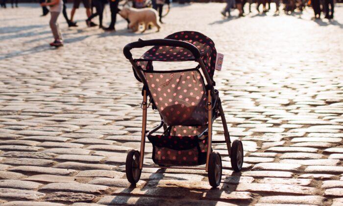 Empty stroller. (freestocks.org/Unsplash)