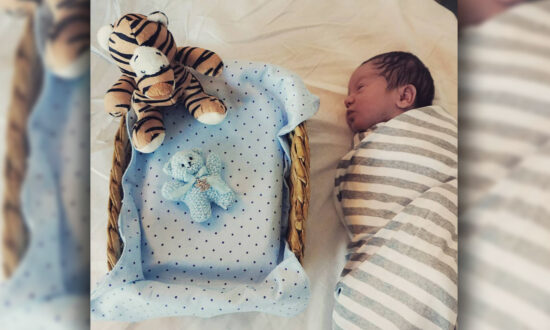 Photoshoot of Newborn Next to Stillborn Twin Brother's Ashes Will Leave You in Tears