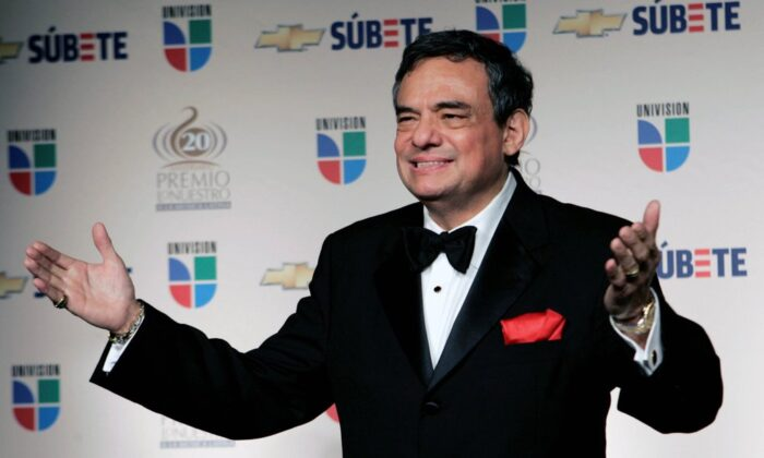 In this Feb. 21, 2008 file photo, Mexican singer Jose Jose poses for photographers backstage at the Premio Lo Nuestro Latin Music Awards in Miami. Local media outlets report that the Mexican crooner died Saturday, Sept. 28, 2019 from pancreatic cancer. He was 71. (AP Photo/Lynne Sladky, File)